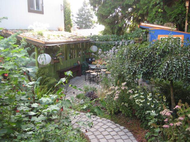 Natural garden welcomes wildlife garden design for Eco friendly landscape design