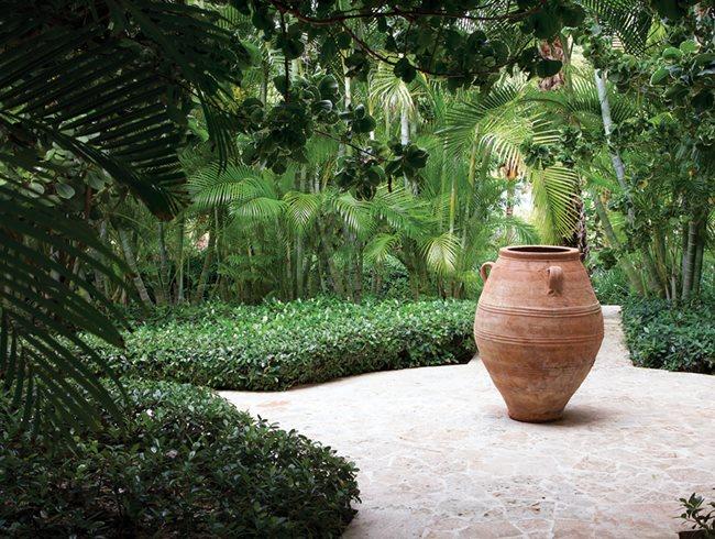 La colina bunny williams and john rosselli 39 s dominican for Garden pots portland