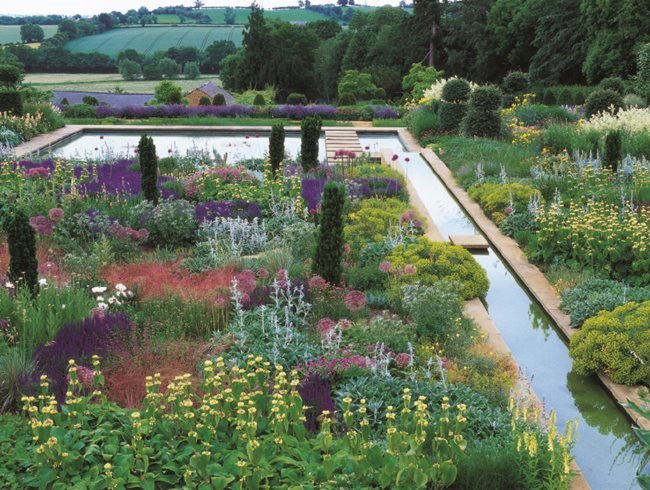 Traditional english gardens with a twist garden design for Famous garden designs