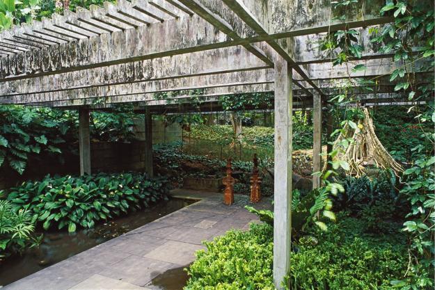 Sitio Concrete Arbor